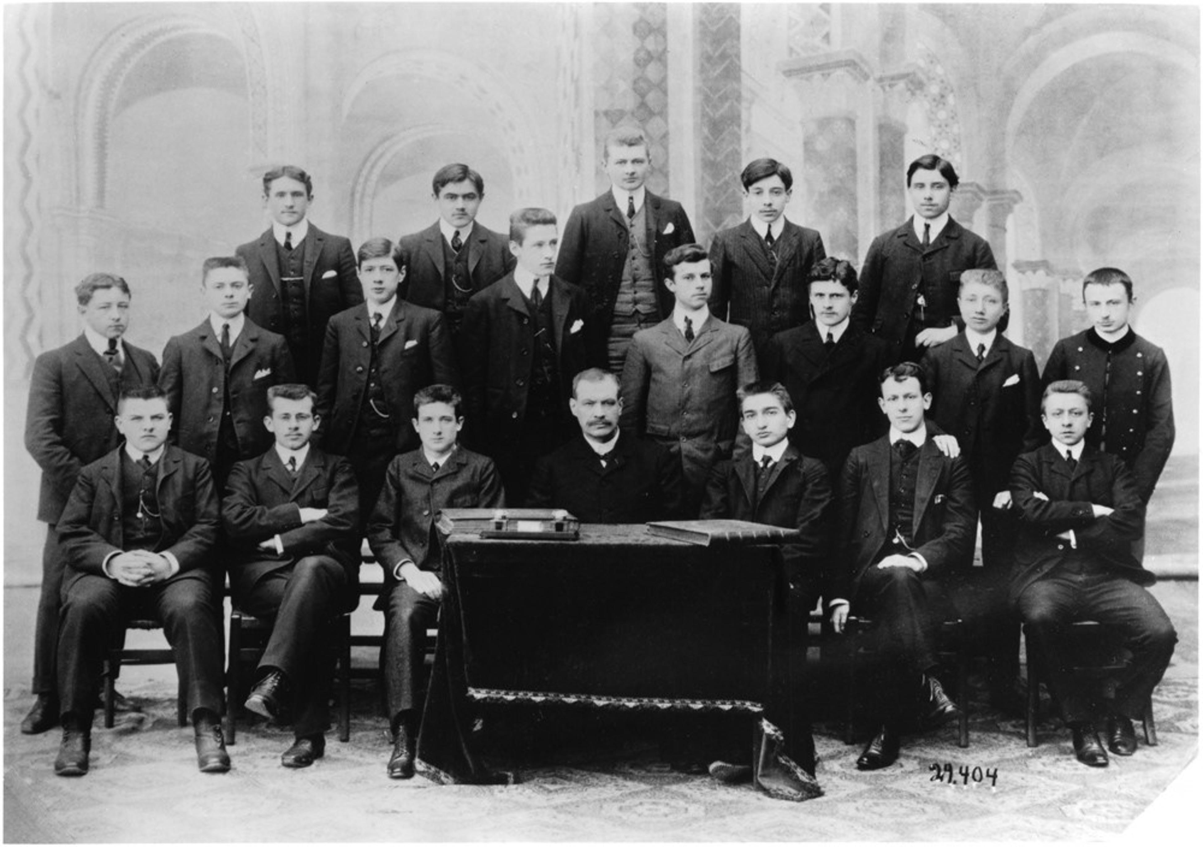 Photo de classe présentant Charles de Gaulle au collège de l'Immaculée conception durant l'année scolaire 1904-1905