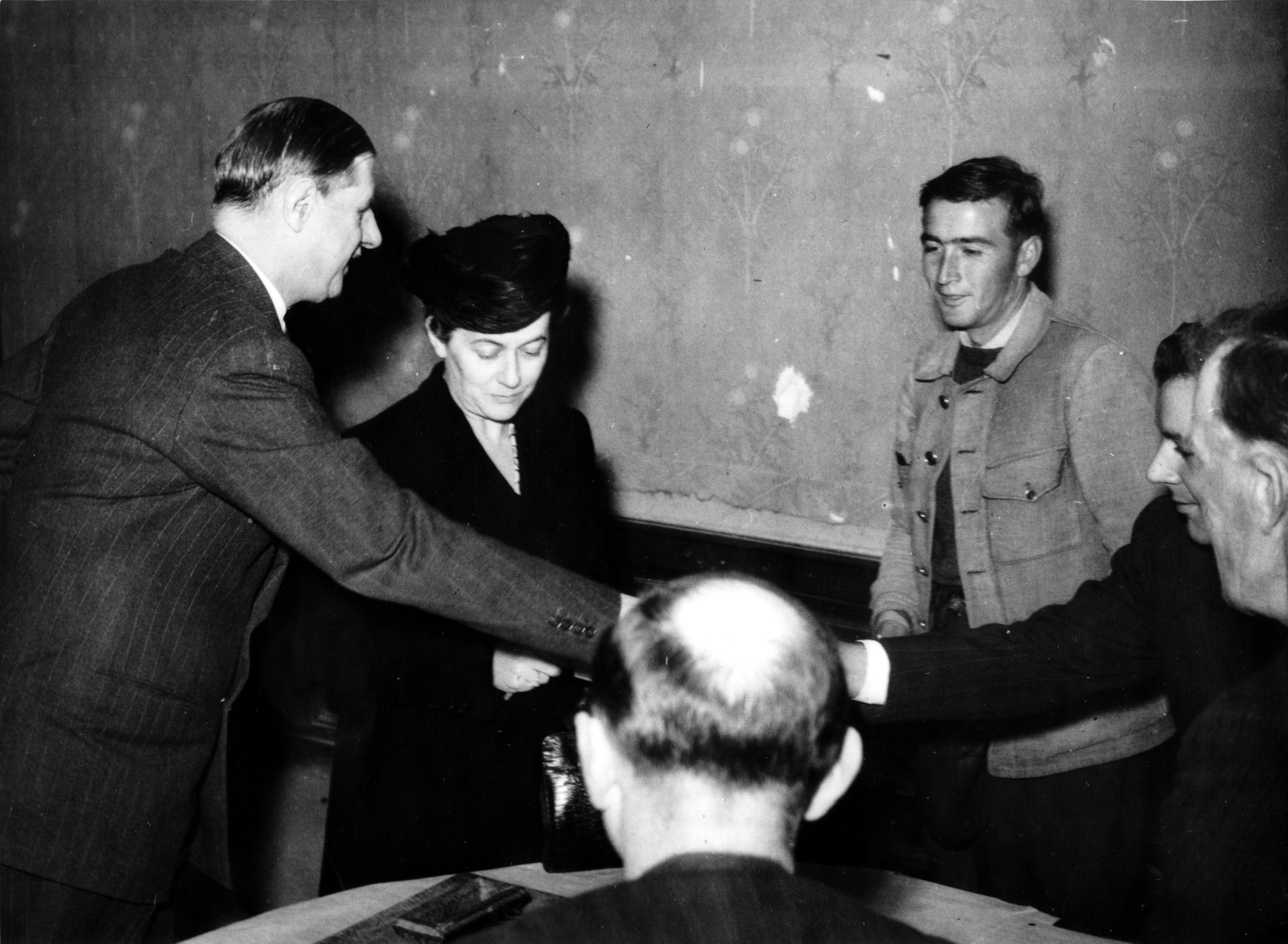 Photo d'Yvonne de Gaulle accompagnée du Général votant aux élections de 1945