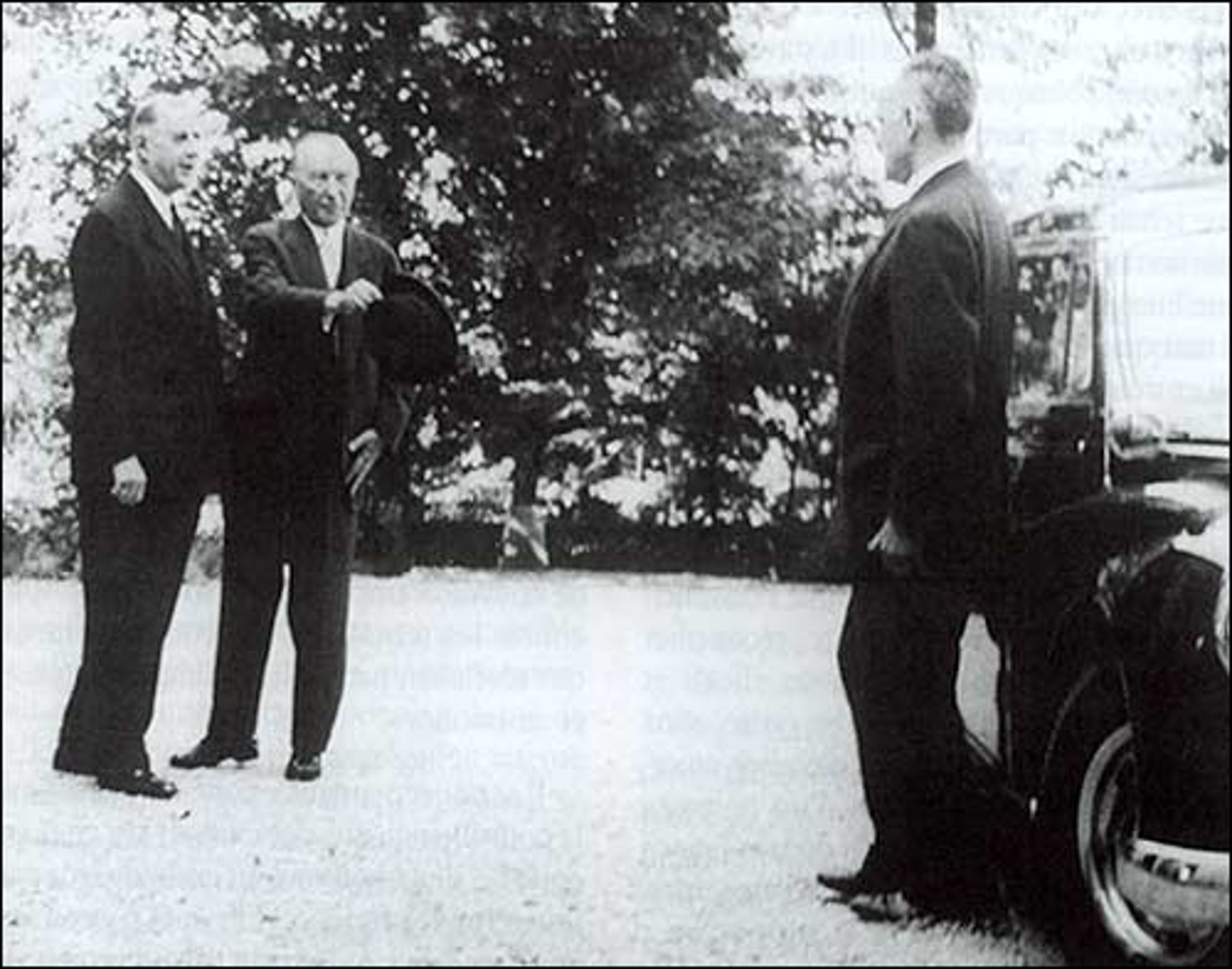 Photo de De Gaulle accueillant le chancelier allemand Adenauer à la Boisserie le 14 septembre 1958