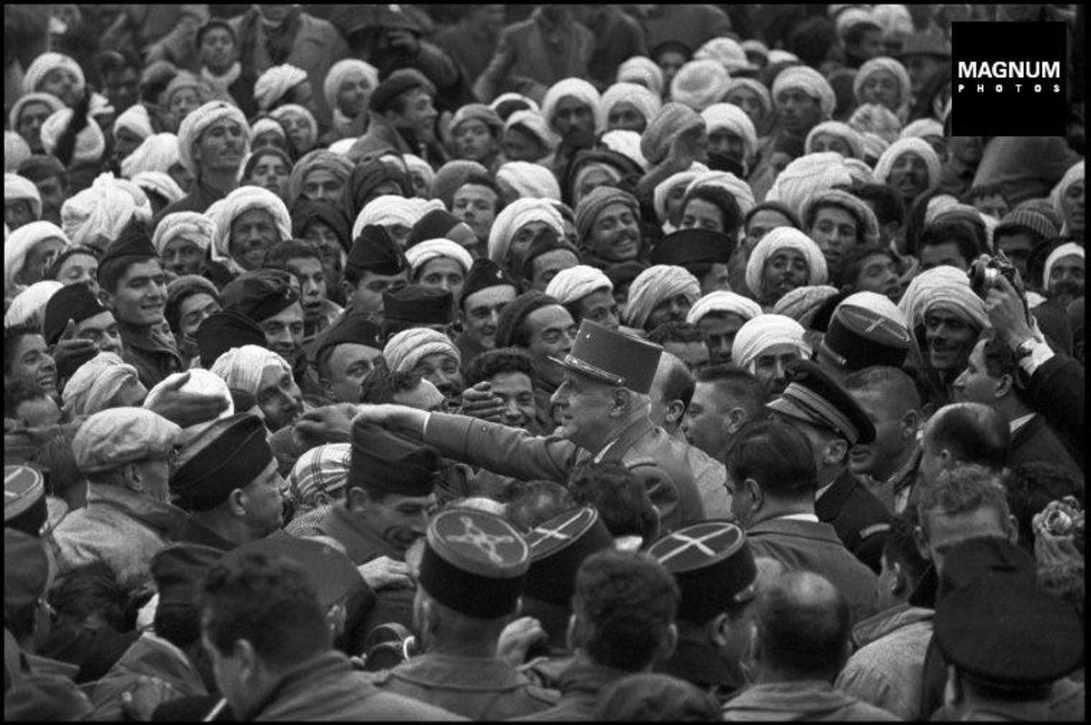 Photo de De Gaulle et la population algérienne