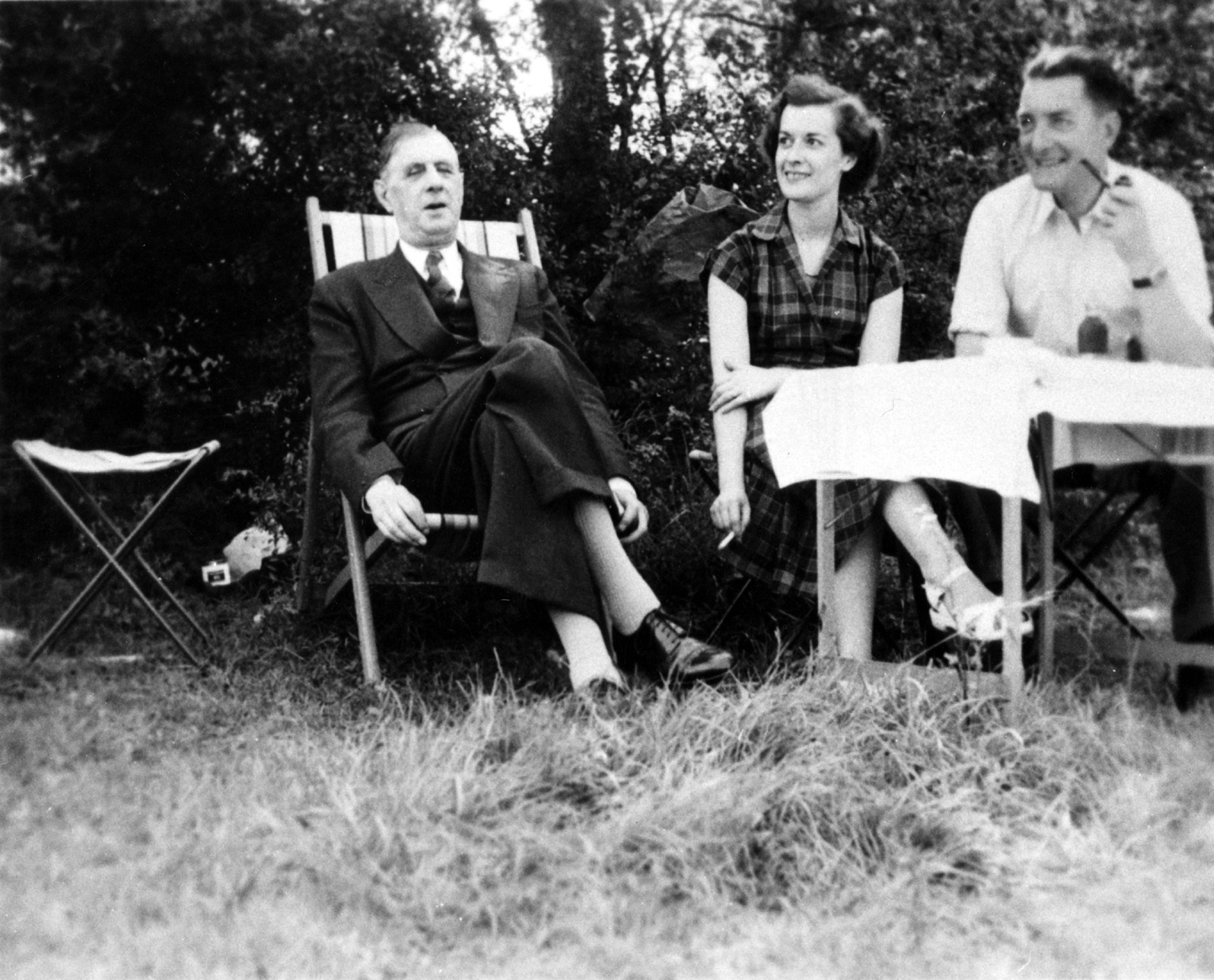 Le général de Gaulle dans son jardin à la Boisserie, en compagnie de sa fille et de son gendre