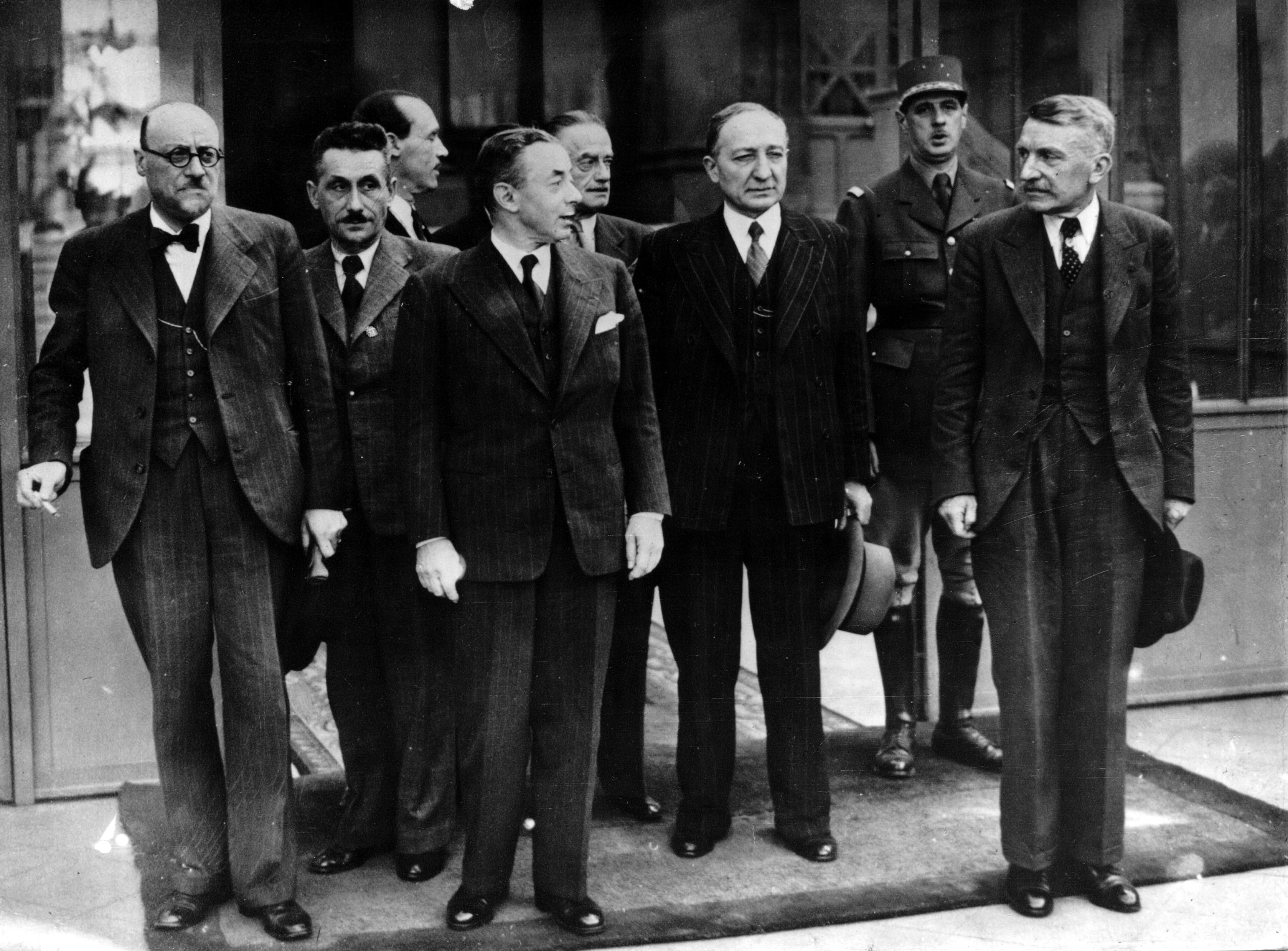 Le 6 juin 1940, de Gaulle pose dans la cour de l'Hôtel de Brienne car il vient d'intégrer le gouvernement de Paul Reynaud